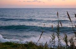 日落的风大浪急的海面 库存照片
