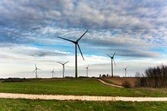 日落的风轮机农场在春天 免版税库存图片