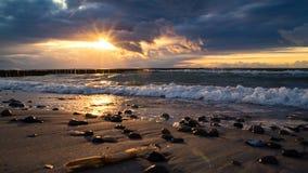 日落的风雨如磐的波罗的海 图库摄影