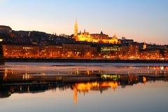 日落的马赛厄斯教会在冰冷的多瑙河,布达佩斯, H 免版税图库摄影