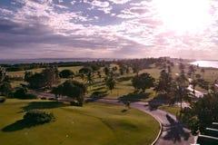 日落的高尔夫球场 图库摄影