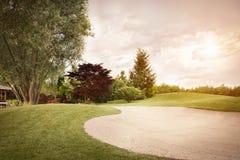 日落的高尔夫球航路 免版税库存照片