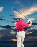 日落的高尔夫球运动员 库存图片