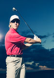 日落的高尔夫球运动员 图库摄影