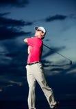 日落的高尔夫球运动员 库存照片
