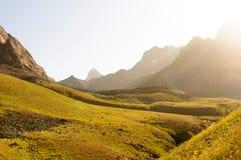日落的高山草甸 免版税图库摄影