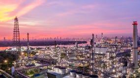 日落的鸟瞰图石油化学的工业炼油厂与 库存照片