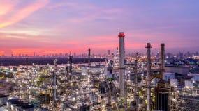 日落的鸟瞰图石油化学的工业炼油厂与 免版税库存图片