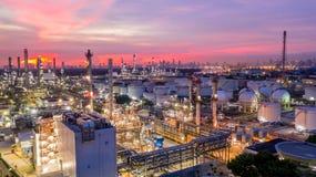 日落的鸟瞰图石油化学的工业炼油厂与 图库摄影