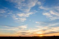 日落的黄光与一朵蓝天和白色云彩的在a 免版税库存照片