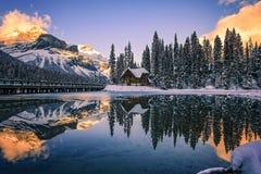 日落的,不列颠哥伦比亚省,加拿大鲜绿色湖小屋 免版税库存照片