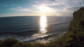日落的,从峭壁的看法印度洋 Uluwatu,巴厘岛,印度尼西亚 股票录像
