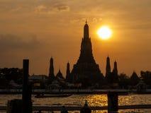 日落的,曼谷,泰国黎明寺 免版税库存照片