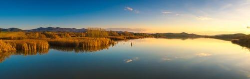 日落的,比萨,意大利托斯卡纳, Santa Luce湖全景 库存图片