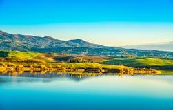 日落的,比萨,意大利托斯卡纳, Santa Luce湖全景 免版税库存照片