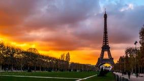 日落的,巴黎艾菲尔铁塔 库存照片