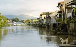 日落的, Chantaburi泰国的社区江边都市房子 库存图片