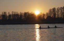日落的-米兰Idroscalo妇女划船者 免版税库存照片