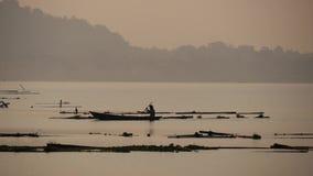 日落的Fewa湖与在湖的小船 股票录像