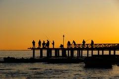 日落的Fisher在海 免版税库存照片