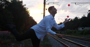 日落的Gentalman变戏法者在铁路做把戏 股票视频