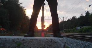 日落的Gentalman变戏法者在铁路做把戏 影视素材