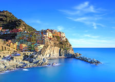 日落的Manarola村庄、岩石和海运。 Cinque Terre,意大利 免版税库存图片