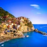 日落的Manarola村庄、岩石和海运 Cinque Terre,意大利 库存照片