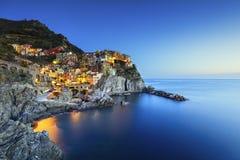 日落的Manarola村庄、岩石和海运 Cinque Terre,意大利 免版税图库摄影