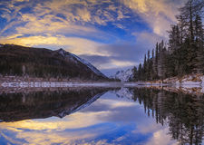 日落的Mountain湖在冬天 免版税库存照片