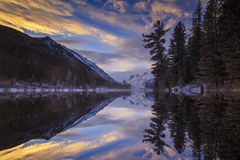 日落的Mountain湖在冬天 免版税库存图片