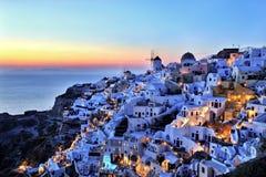 日落的Oia村庄在圣托里尼海岛上 免版税库存照片