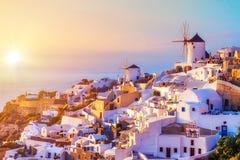日落的Oia村庄,圣托里尼海岛 免版税库存照片
