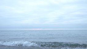 日落的Pebble海滩 波浪喷溅并且闯进小滴 r 影视素材