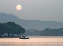 日落的Xihu湖,杭州,中国 库存图片