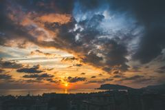 日落看法在海和平衡剧烈的天空,阿拉尼亚的 库存照片