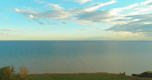 日落空中在沿海Timelapse寄生虫上的hyperlapse和云彩在海洋银行附近飞行 高速水平 影视素材