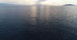 日落空中寄生虫录影在爱琴海和希腊海岛的有美丽的云彩和颜色的,希腊,4k 50fps 股票视频