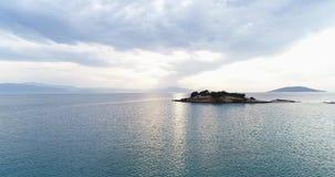日落空中寄生虫录影在爱琴海和希腊海岛的有美丽的云彩和颜色的,希腊,4k 50fps 影视素材