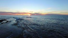 日落空中射击在太平洋海岸的 股票视频