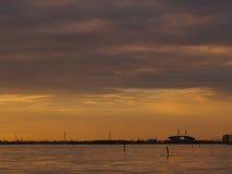 日落站立在圣Kilda海滩的桨搭乘 免版税库存图片