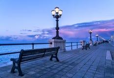 日落紫色和蓝天风景全景的巴里沿海岸区 免版税库存照片