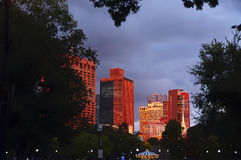 日落红灯的波士顿摩天大楼 免版税库存照片