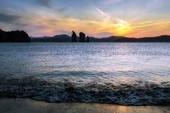 日落美丽的景色在岩石的在海 库存图片