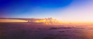 日落美好的全景在山的 明亮的蓝色,橙色 库存图片