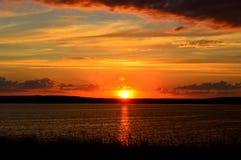 日落背景的美丽的湖 免版税图库摄影