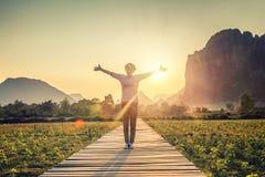 日落背景的,在手中手女孩,自由,幸福, pe 免版税图库摄影