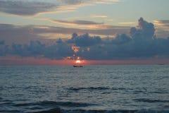 日落自然旅行美丽的沙子海滩海覆盖天水惊人的片刻 库存照片
