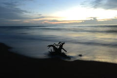 日落自然旅行美丽的沙子海滩海覆盖天轻的惊人的片刻 库存照片