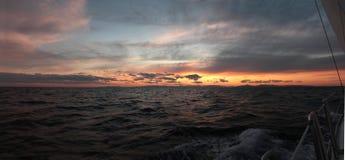 日落航行在希腊 库存图片